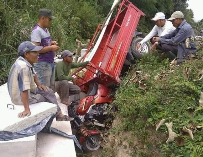 Terlihat pengendara yang jatuh, dikarenakan usai pekerjaan Drainase tak dilakukan penimbunan kembali