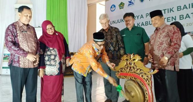 Sekretaris Daerah Bakhtiar,SP membuka secara resmi unjuk karya praktik baik pembelajaran dan manajemen berbasis sekolah di Aula STIE Muara Bulian, Kamis (25/7/2019).