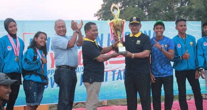 Sekda Provinsi Jambi HM Dianto bersama kontingen PPLP Jambi, usai memastikan menjadi juara umum Kejurnas Dayung PPLP/PPLD/SKO di Jambi kemarin (26/7). Foto : Humas For Jambiupdate