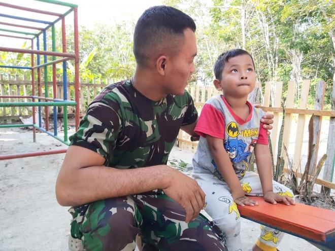 Main Bersama Satgas TMMD, Iman: Bapak TNI Baik.