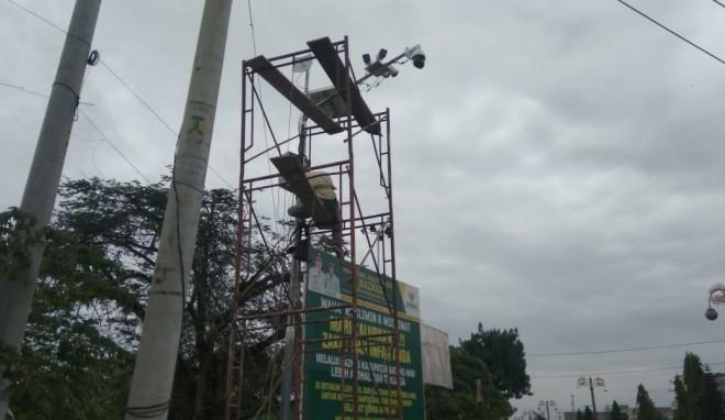 Petugas Dishub Batanghari saat memasang kamera CCTV di simpang.