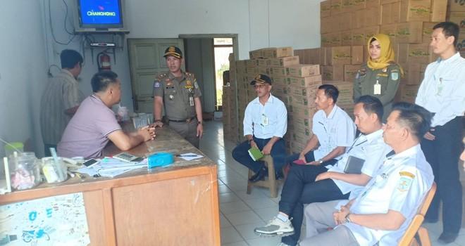 Tim terpadu pemerintah Kota Jambi melakukan penyegelan terhadap toko manisan di Jalan Raden Wijaya, Rabu (31/7).