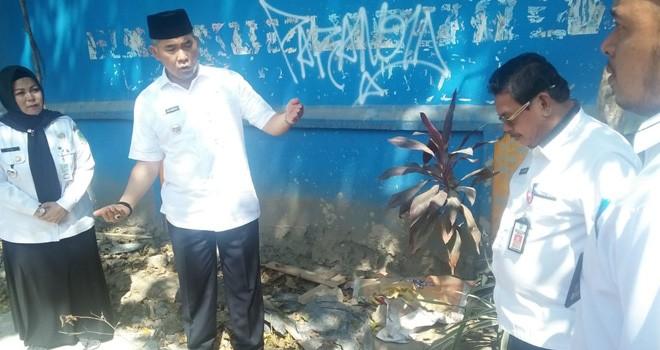 Walikota Jambi Sy Fasha meninjau pekerjaan fisik di kawasan Jelutung, Kota Jambi, kemarin (31/7). Memastikan pekerjaan yang dilakukan pihak ketiga sesuai rencana.