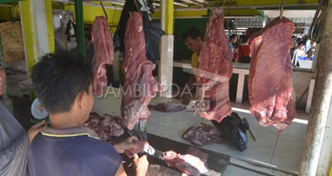 Pedagang menjual daging di Pasar Angso Duo. Saat ini stok daging beku di Bulog kosong. Bulog sudah mengajukan penambahan ke pusat.