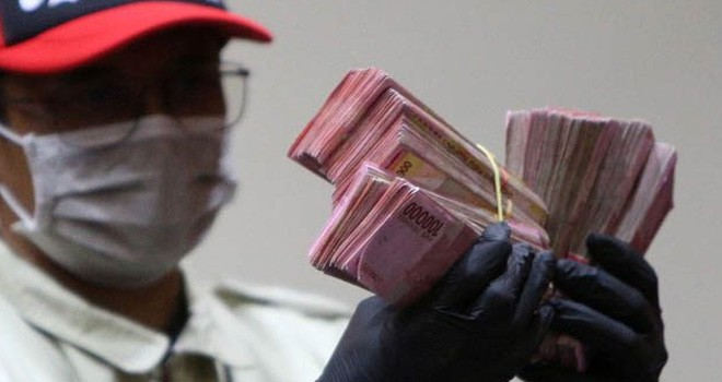 ILUSTRASI: Penyidik KPK saat memperlihatkan uang suap hasil operasi tangkap tangan (OTT) (Miftahul Hayat/Jawa Pos)