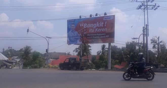 Banner Walikota Jambi Sy Fasha berdiri di Jalinsum Sarolangun, tepatnya di Simpang Jambi