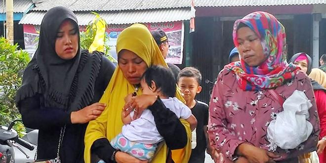DALAM PELUKAN: Aisyah, 13 bulan, digendong budenya kemarin (2/8). Dia merupakan satu-satunya korban selamat yang ada di dalam mobil saat truk menimpa taksi online itu. (YOGI WAHYU PRIYONO/JAWA POS) Kecelakaan maut terjadi di Cibodas, Tangerang, Banten, pada Kamis (1/8). Empat orang di dalam taksi online tewas setelah tertimpa truk bermuatan tanah merah. Satu-satunya yang selamat adalah balita berusia 13 bulan. Sang ibu berteriak meminta tolong. Begitu anak dalam pelukannya itu berhasil dievakuasi, dia meninggal.