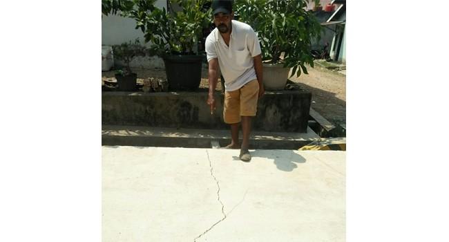 Warga RT 17 Kelurahan Kenali Asam Bawah Kecamatan Kotabaru mengeluhkan kualitas pembangunan jalan rigid beton di wilayah mereka.