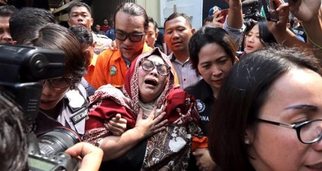 Tersangka kasus penyalahgunaan narkoba Tri Retno Prayudati alias Nunung depan menangis saat rilis kasus di Mapolda Metro Jaya, Jakarta, Senin (22/7/2019). Foto : Dery Ridwansah/JawaPos.com