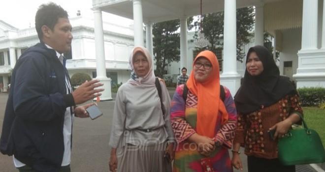 Pengurus Pusat Forum Honorer K2 Indonesia (FHKI) Nur Baitih (tengah) bersama rekan-rekannya di Istana Presiden. Foto : Fathra/JPNN.com