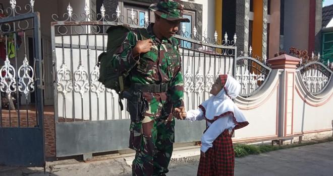Keakraban Danki Satgas TMMD Kodim Demak dengan anak Kalikondang.