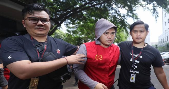 FOTO: Faisal R Syam / FAJAR INDONESIA NETWORK. Galih, Rey, dan Pablo Lakukan Tes Kesehatan di Polda Metro Artis Galih dan Pablo didampingi penyidik untuk melakukan tes kesehatan, di Polda Metro Jaya, Jakarta, (12/7).