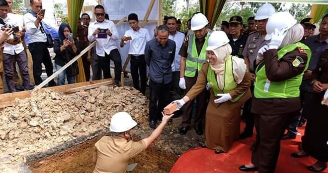 Bupati Masnah Hadiri Peletakan Batu Pertama Pembangunan Kantor Kejari.