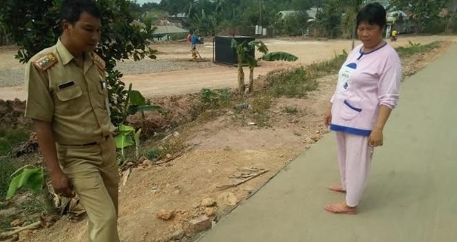 Jalan rigid beton di RT 17, Kelurahan Kenali Asam Bawah, Kecamatan Kota Baru, Kota Jambi, baru dibuka 2 Agustus lalu. Namun, jalan itu sudah patah. Warga meminta jalan itu dibongkar.