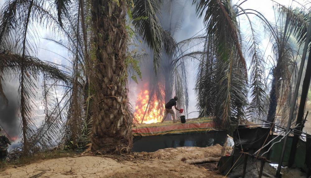 Sumur Minyak Ilegal Drilling di Desa Pompa ?Air Kecamatan Bajubang kembali mengalami kebakaran, sekitar pukul 11.00 WIB, Selasa (13/08).
