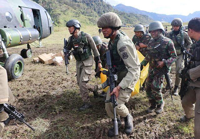 ILUSTRASI: Pasukan TNI dan Polri mengevakuasi jenazah korban kebiadaban dari Kelompok Kriminal Separatis Bersenjata (KKSB) Papua. (Cenderawasih Pos/Jawa Pos Group)
