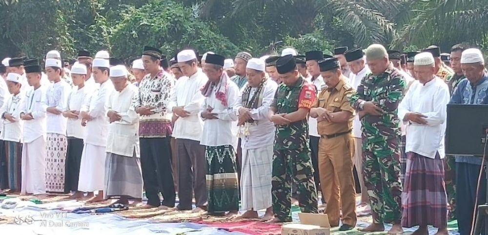 Ratusan masyarakat Kecamatan Kumpeh Ulu Kabupaten Muaro menggelar sholat Istisqo, Rabu (14/8).