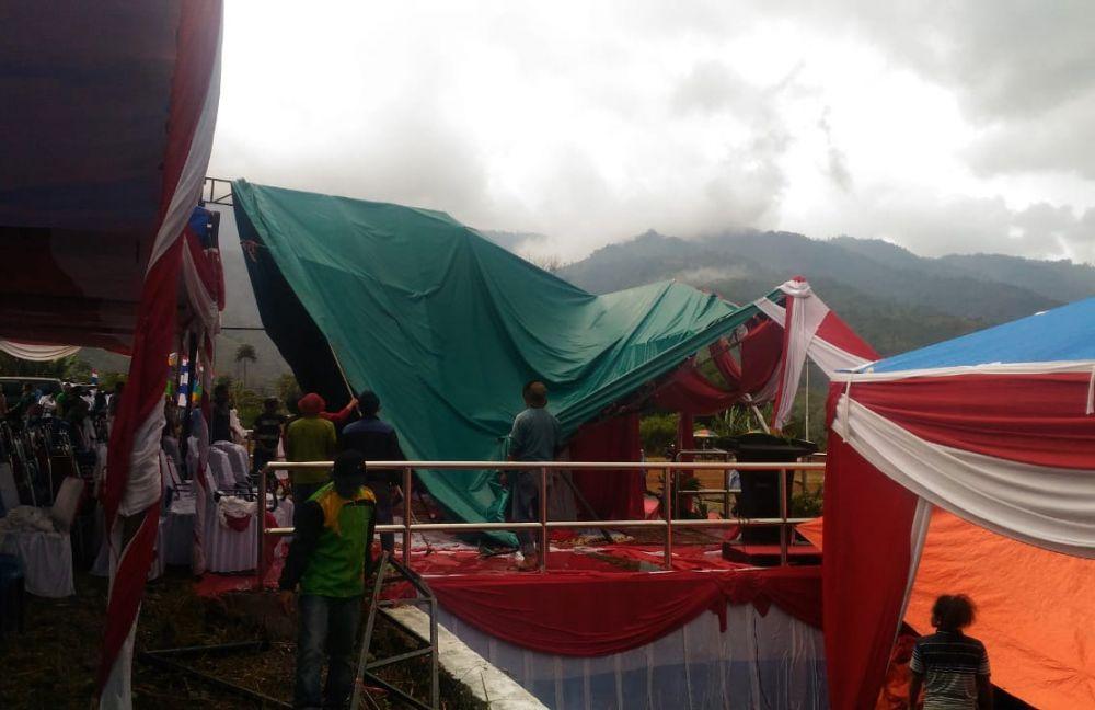 Hujan deras mengguyur wilayah Kabupaten Kerinci menjelang penurunan bendera peringatan Hari Ulang Tahun (HUT) Republik Indonesi (RI) ke-74 tahun 2019.