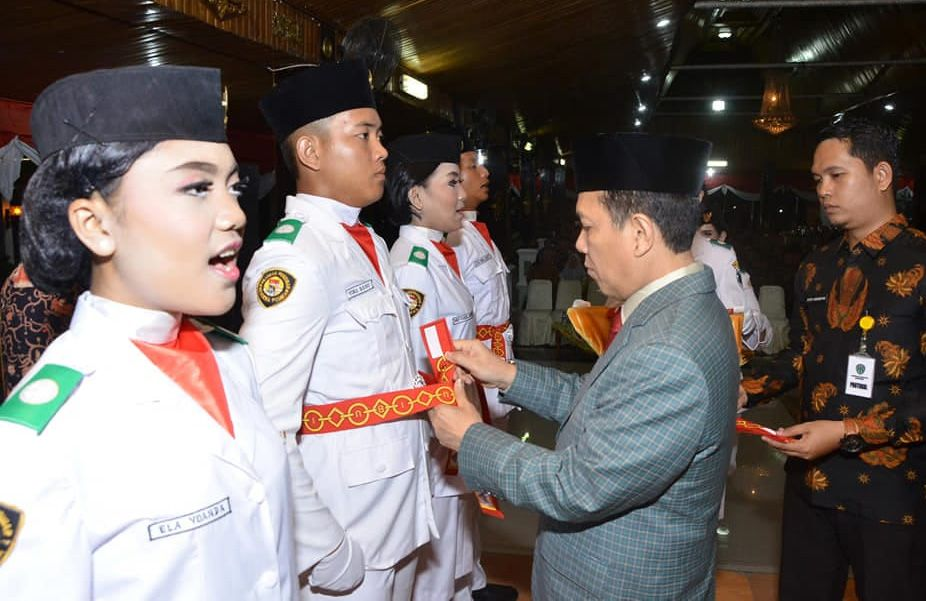 Pengukuhan Anggota Paskibraka Oleh Bupati Batanghari Syahirsah Sy.