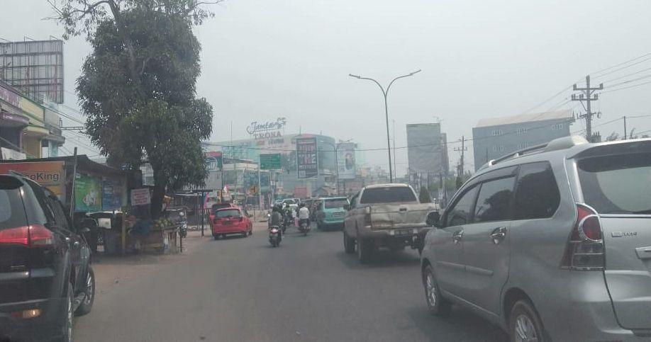 Kondisi Simpang Mayang pukul 12.46 WIB siang ini (18/8). Asap terlihat menyelimuti kota