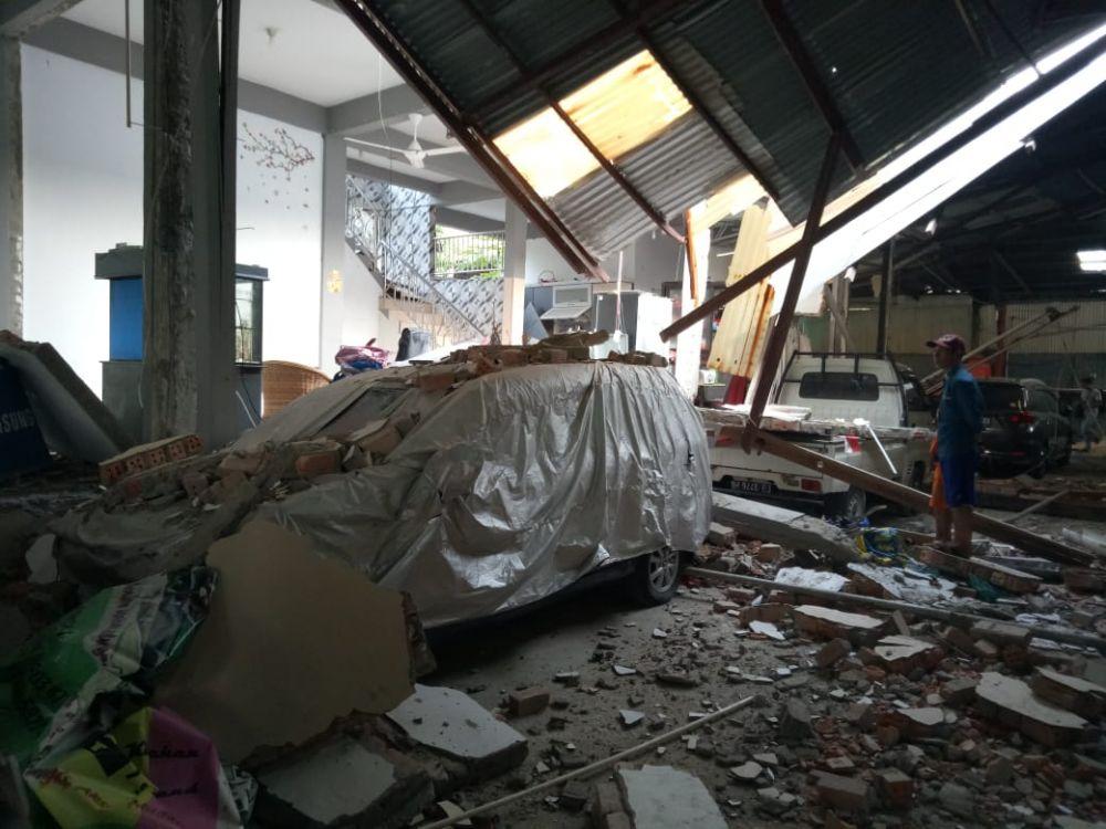 Kendaraan yang berada di dalam rumah yang tiba-tiba meledak di Tanjab Barat, Minggu (18/8)
