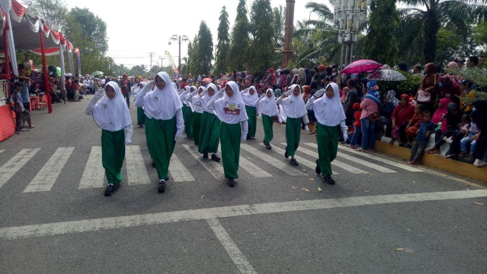 Ribuan Masyarakat Batanghari Saksikan Pawai Pembangunan HUT RI Ke 74.