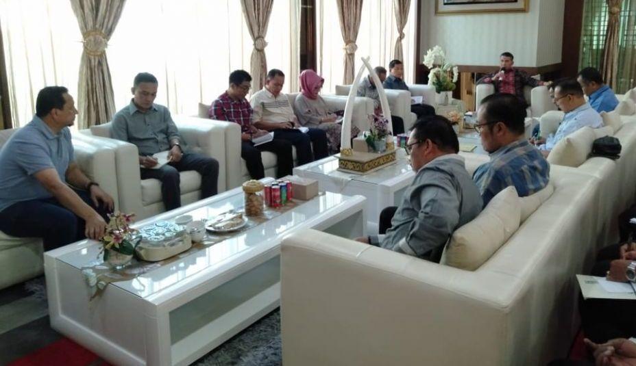 Walikota Jambi Sy Fasha saat memimpin rapat evaluasi terkait memburuknya kondisi udara di Kota Jambi sehingga diambil kebijakan meliburkan siswa mulai besok (19/8)