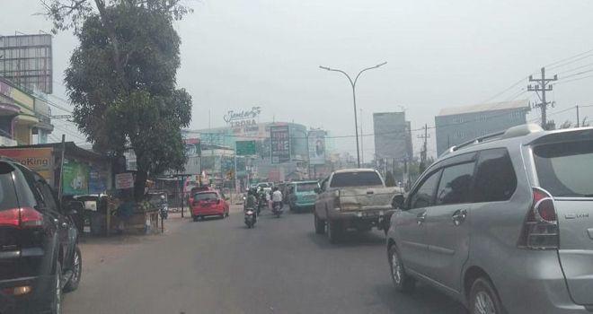 Kondisi Simpang Mayang pukul 12.46 WIB siang ini (18/8). Asap terlihat menyelimuti kota.