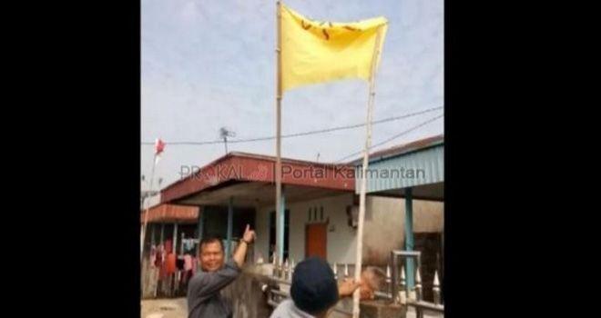 Aparat dari Piket Siaga Reskrimun mendatangi rumah TFS, Sabtu (17/8) menyita bendera kuning bertuliskan PKI.