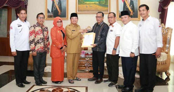 KPU saat menyerahkan Nama-nama Anggota DPRD Provinsi Jambi Terpilih ke Gubernur.