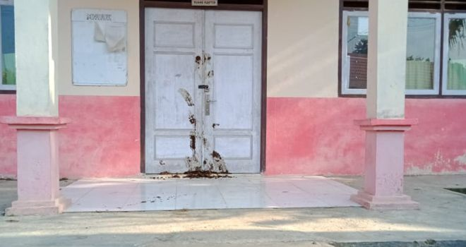 Pintu Kepsek Sekolah Dasar (SD) 15/VII dilempari oleh warga Dusun Rantau Alai, Desa Ranggo Kecamatan Limun dengan kotoran hewan.