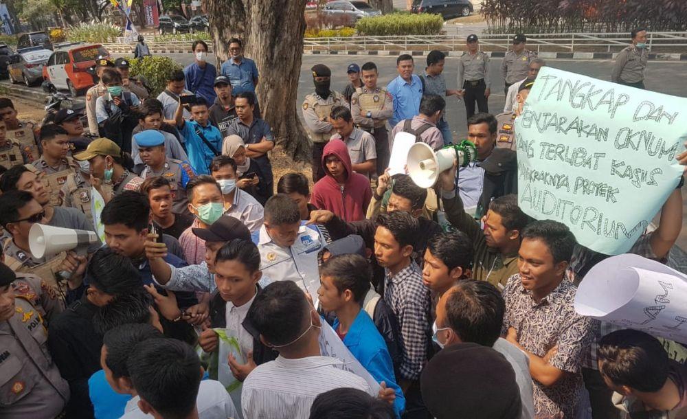 Demo Puluhan Mahasiswa Universitas Islam Negeri (UIN) STS Jambi didepan Kantor Kejaksaan Tinggi (Kejati), (20/8).