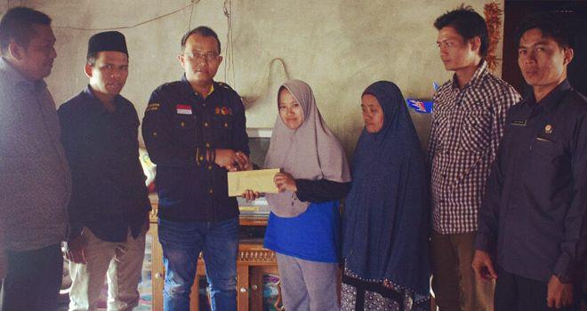 Pimpinan Bawaslu Provinsi Jambi, Fachrul Rozi menyerahkan santunan kepada pengawas adhoc di Kabupaten Bungo, Selasa (20/8).