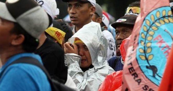 Massa honorer K2 menangis saat aksi unjuk rasa menuntut diangkat menjadi CPNS.