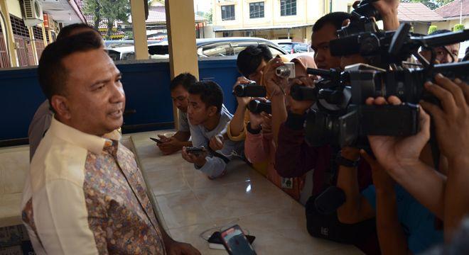 Kombes Pol Edi Faryadi menjelaskan tentang penindakan terhadap para tersangka SMB. Mereka diperlakukan dengan baik dalam sel tahanan rutan Polda Jambi dan diawasi oleh Komnas HAM.
