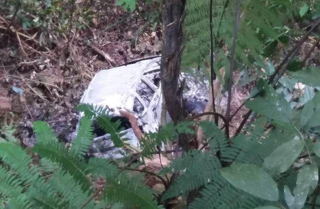 Penampakan mobil yang terjun ke jurang dan terbakar di Jalur Puncak Sungai Penuh-Tapan Jumat (23/8).