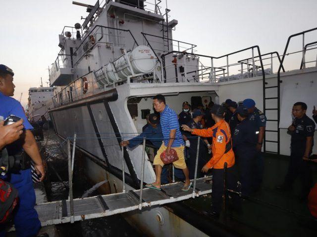 Kapal Chundamani P.116 yang membawa 51 penumpang selamat dan 3 jenazah korban terbakarnya KM. Santika Nusantara tiba di Pelabuhan Tanjung Perak Sabtu sore (24/8).
