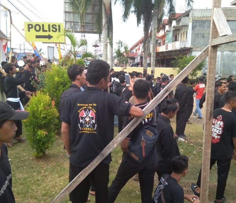 Ratusan Pendekar dari Perguruan Silat Persatuan Setia Hati Teratai (PSHT), menggeruduk Mapolsek Rimbo Bujang.Selasa (27/8) .