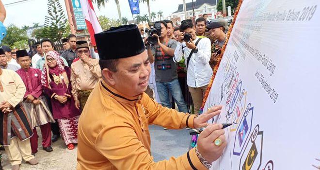 Ketua DPD Hanura Provinsi Jambi, M. Yusup, menandatangani kesepahaman pada deklarasi kampanye damai bersama KPU Provinsi Jambi.