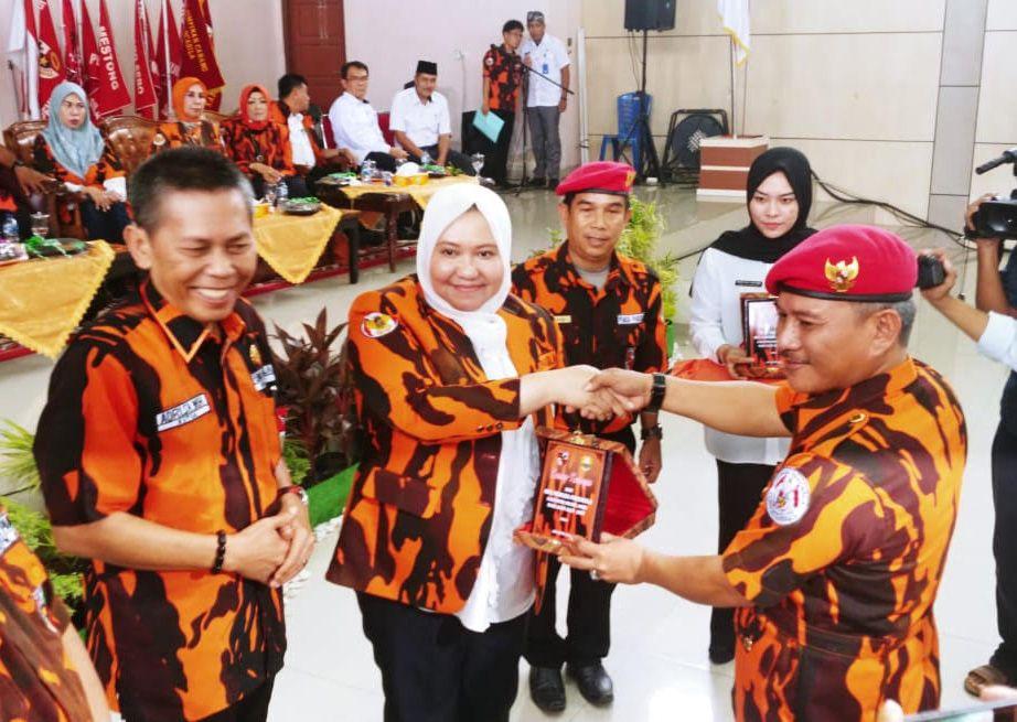 Bupati Muarojambi Hj. Masnah Busro, saat menghadiri Pelantikan Pengurus Majelis Pimpinan Cabang (MPC) Pemuda Pancasila Kabupaten Muarojambi pada Rabu (28/8).