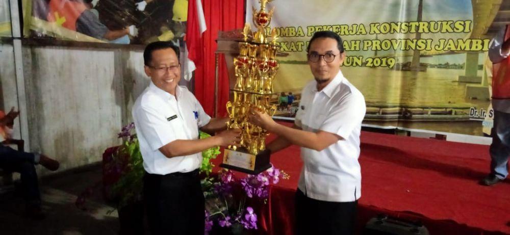 Perwakilan Dinas PUPR Muarojambi saat menerima Piala pada LKK Tingkat Provinsi Jambi.