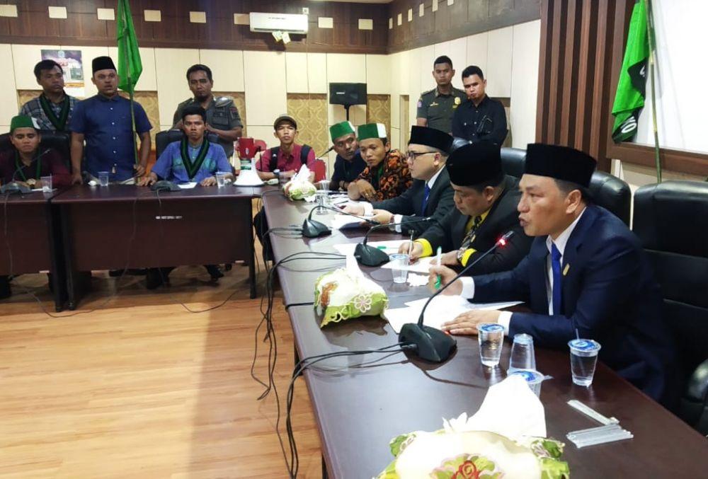 Momen haru saat salah satu Anggota Dewan Perwakilan Rakyat Daerah (DPRD) Kabupaten Merangin dari Partai NasDem atas nama M Yani saat beraudiensi bersama dari Himpunan Mahasiswa Islam (HMI).