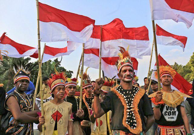 Damai Papua - Sejumlah warga Papua yang tinggal di Kota Solo bersama warga kota Solo menggelar aksi damai di Plaza Manahan menyerukan agar konflik di Papua segera usai, Senin (2/9). Dalam aksi tersebut, sejumlah warga Papua tersebut menyerukan bahwa Papua adalah bagian dari NKRI.