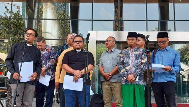 Para pemuka agama mendatangi gedung KPK, Selasa (10/9). Para pemuka agama yang terdiri dari perwakilan agama Islam, Nasrani, Hindu, Budha, dan Konghucu mendesak Presiden Joko Widodo (Jokowi) untuk tidak mendukung tindakan-tindakan pelemahan upaya pemberantasan korupsi, termasuk di dalamnya pelemahan KPK.
