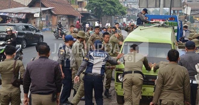 Tim terpadu Pemerintah Kota Jambi melakukan penertiban di kawasan pasar lama Talang Banjar Kota Jambi, kemarin (10/9).