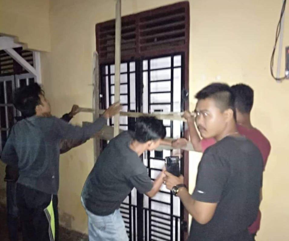 Disegelnya Kantor Desa Titian Teras oleh puluhan warga.
