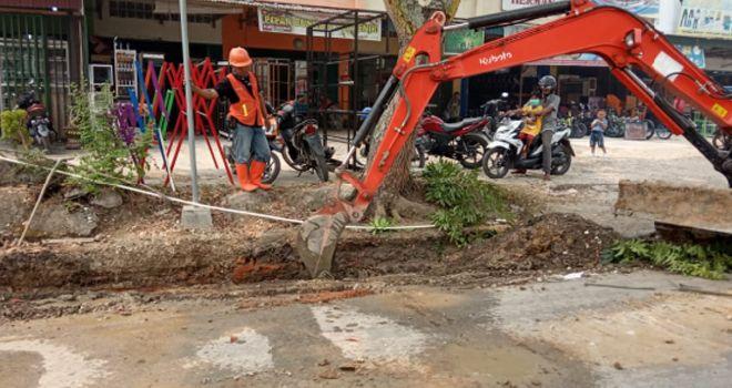 Imbas dari alat berat sedang mengeruk rencana pembangunan drainase di kawasan Pasar Sarolangun, membuat pipa PDAM yang memasuk air ke rumah warga rusak.