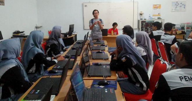 Bambang Edi Winarso saat memberikan materi kepada siswa siswi SMK SMK Revany Indra Putra Jambi.