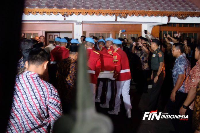 Mobil Jenazah tiba rumah duka pukul 20.00wib di kawasan Kuningan, Jakarta, (11/9). Bacharuddin Jusuf Habibie berpulang sekira pukul 18.00 WIB di RSPAD Gatot Soebroto.