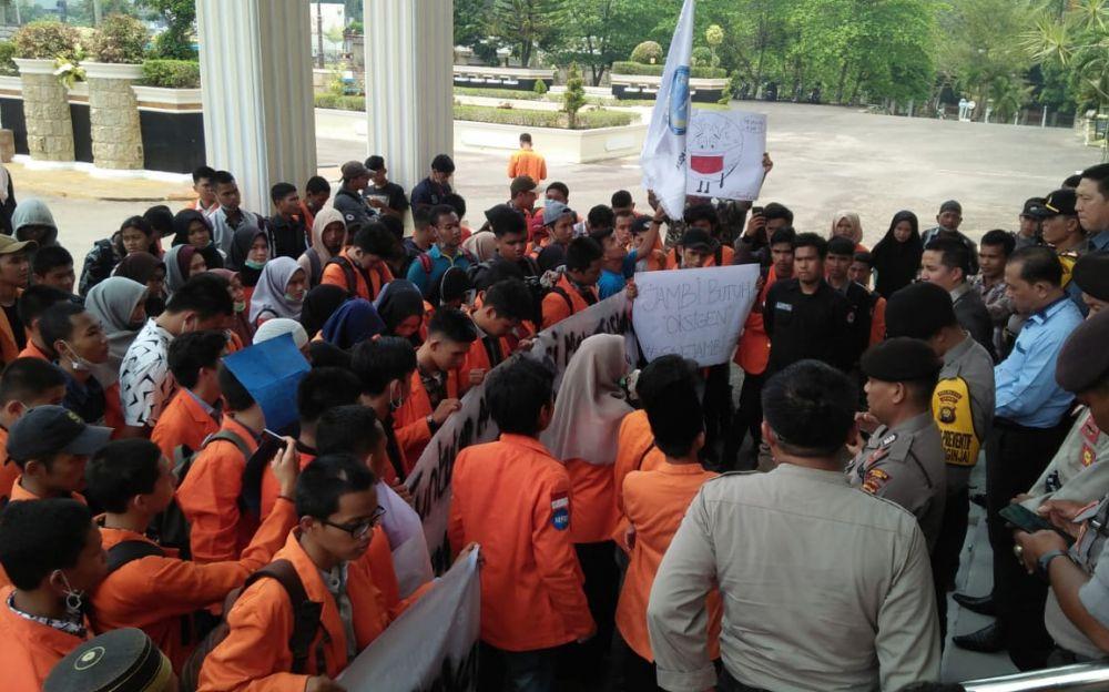 Puluhan orang dari Himpunan Mahasiswa Fakultas Ilmu Sosial dan Politik (Fisipol) Universitas Jambi, menggeruduk kantor DPRD Provinsi Jambi (12/9).
